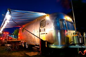 belrepayre vintage hotel ariege mirepoix occitanie airstream blue moon by night